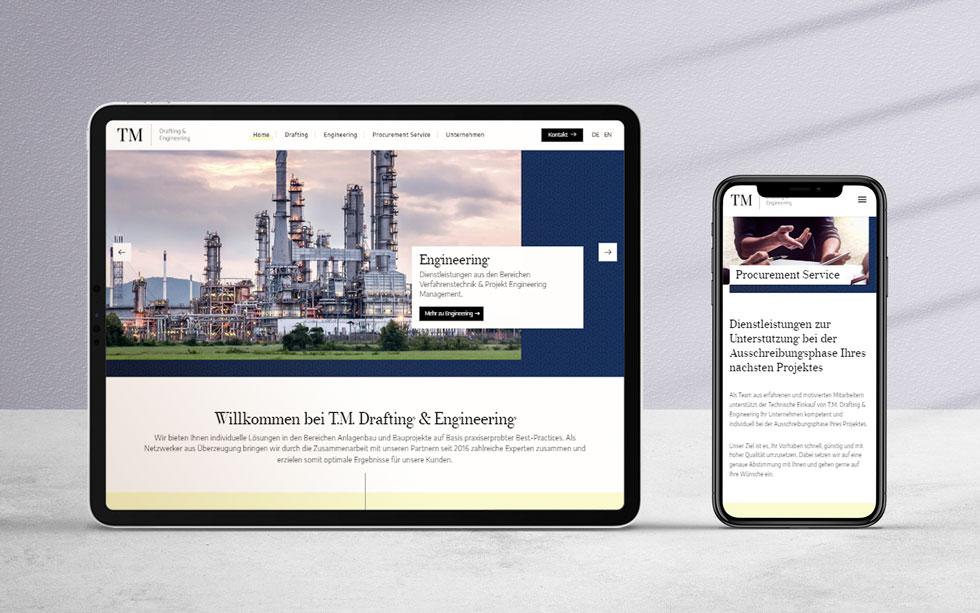 Design der Website eines Drafting & Engineering Unternehmens, präsentiert auf einem Tablet sowie einem Smartphone.