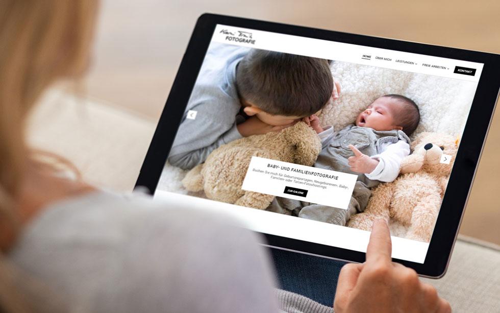 Webdesign und Webentwicklung für Trinh Fotografie im Saarland. Frau hält Tablet auf dem Schoß und schaut sich die Website an.