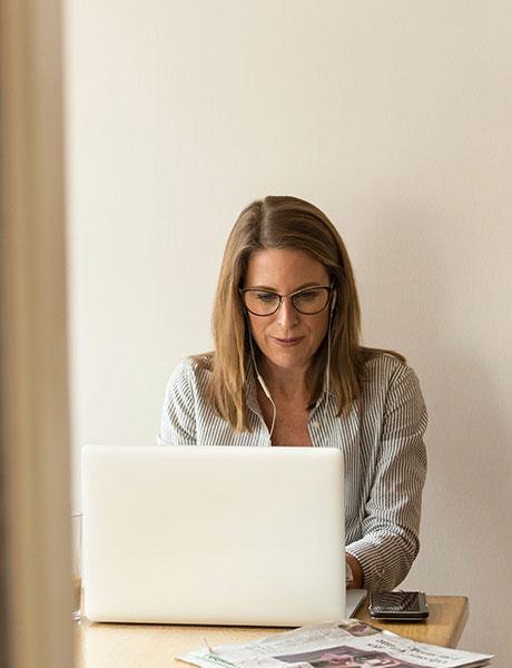 Eine Frau nimmt am WordPress Kurs teil